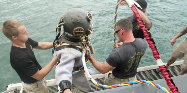 Army divers wore gear from the 1940s to inter a Pearl Harbor survivor on the USS Arizona