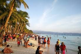 Boracay Island welcomed 619,934 tourists from Jan 1 to April 15 this year